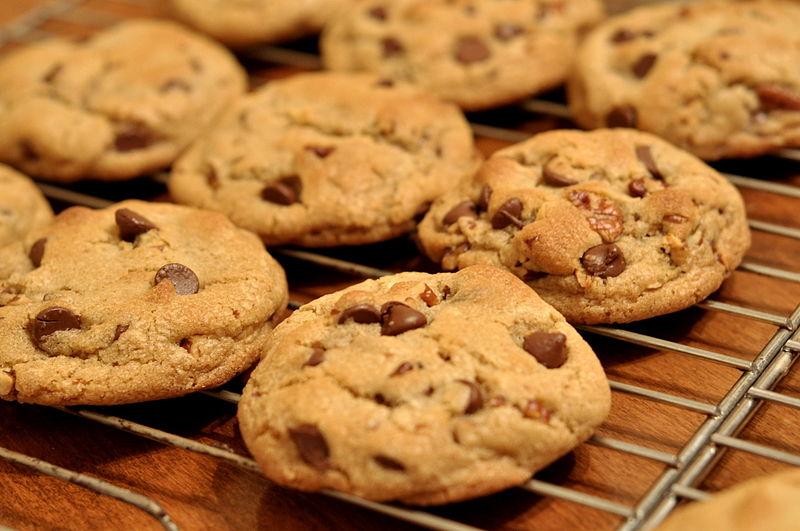 800px-Chocolate_Chip_Cookies_-_kimberlykv