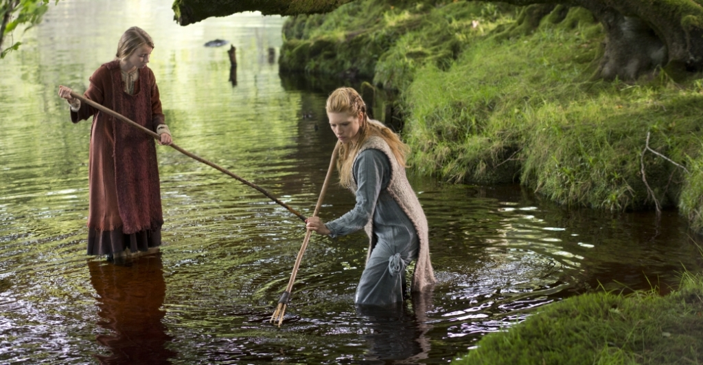 Lagertha and her daughter fishing with spears